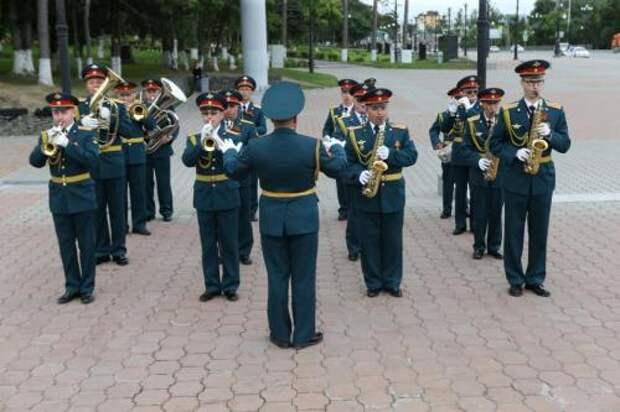 Сезон «Военных оркестров в парках» открыли в Александровском саду Москвы