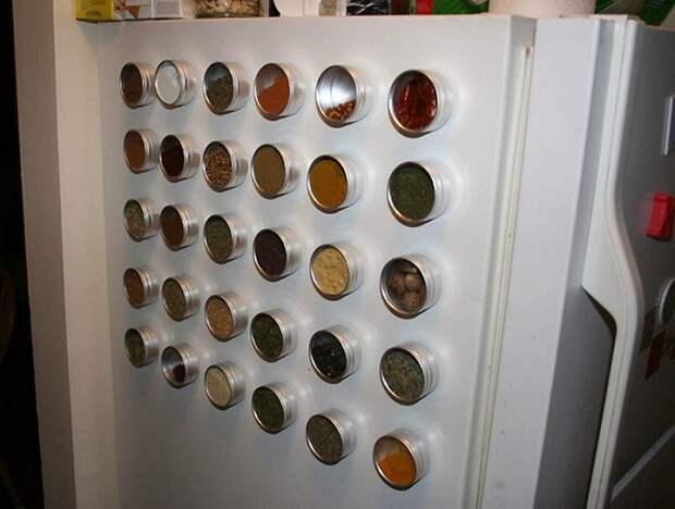 Хороший вариант разместить на кухне баночки со специями в виде магнитов на холодильнике.