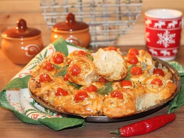 Фото к рецепту: Пирог с начинкой в пряном соусе