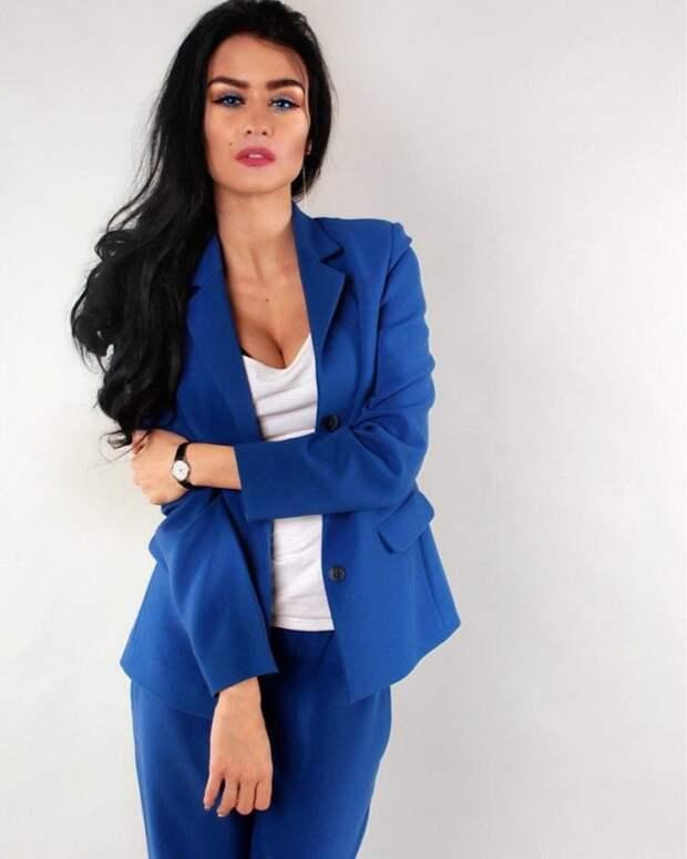 брюнетка в синем брючном костюме