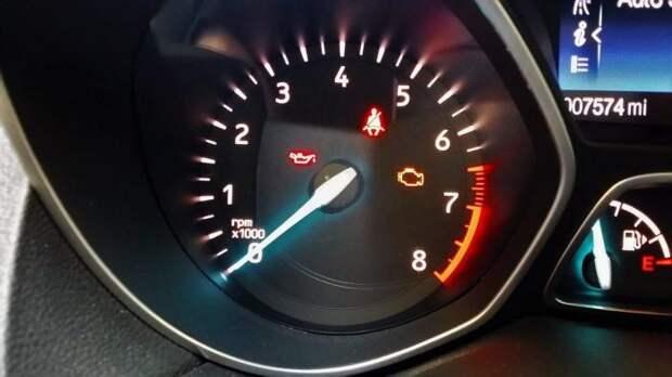 Горящие лампочки сообщают о непристегнутом ремне безопасности, низком давлении масла и необходимости проверить двигатель. | Фото: cheatsheet.com.