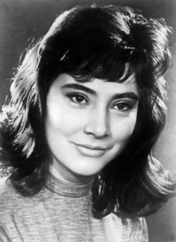 Суперзвезда советского кино, одна из самых красивых актрис мира с очень красивыми, раскосыми глазами.