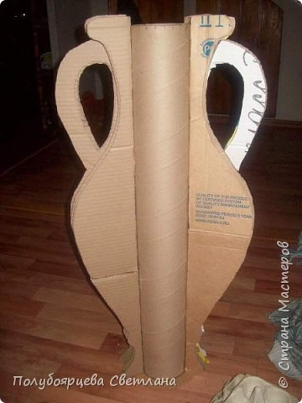Ваза своими руками Перед тем как изготовить вазу, я долго думала из чего же мне сделать сосуд, напоминающий древнегреческую амфору, и, остановилась на варианте изготовления вазы из картона в технике папье-маше. Здесь, я пошагово расскажу как я это делала и что получилось в итоге. фото 4