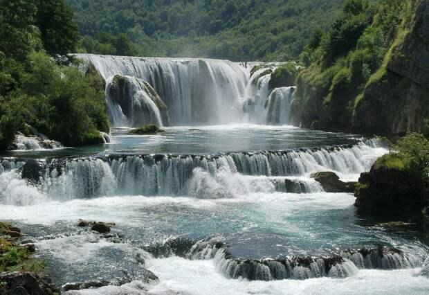 Удивительный оазис зелени, в центре которого доминируют водопады высотой до 25 метров