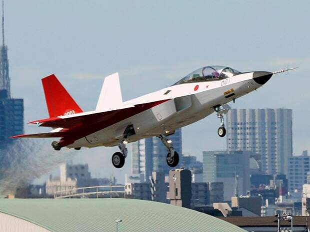 В Японии состоялся первый полет прототипа самолета-невидимки