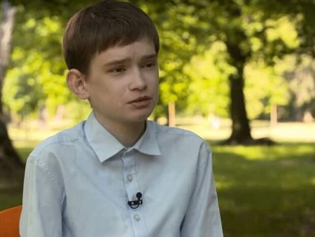Ужасная болезнь превратила 25-летнего мужчину в ребенка