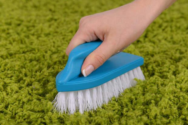 С помощью соды можно качественно очистить загрязненный ковер или палас