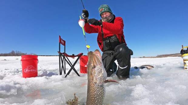 На самом деле из таких лунок можно достать крупную рыбу / Фото: youtube.com
