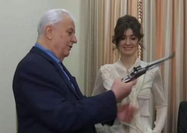 Кравчук не чувствует себя в безопасности, поэтому ложится спать с пистолетом