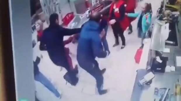 Видео дня: в российском магазине произошла драка со стрельбой из-за последней банки шпрот со скидкой