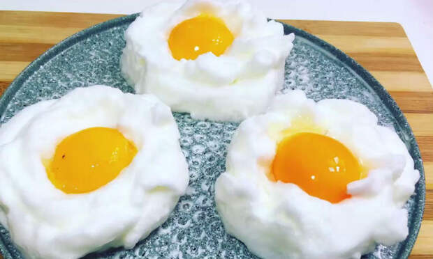 Пышная яичница: отделяем белок от желтка, взбиваем и жарим