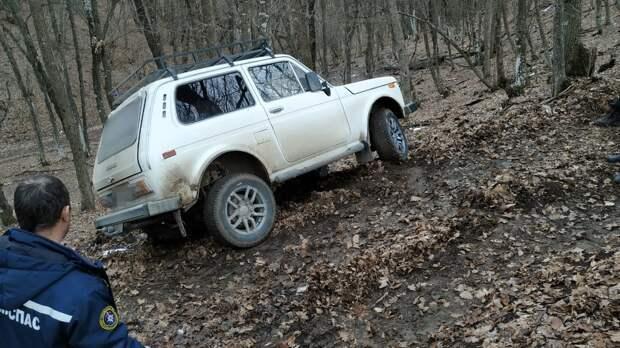 Машина с тремя детьми в Белогорском районе застряла в грязи
