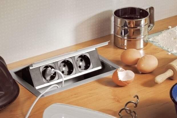 Также можно сделать встроенные розетки для техники, которой не нужен постоянный доступ к электросети / Фото: pp.userapi.com