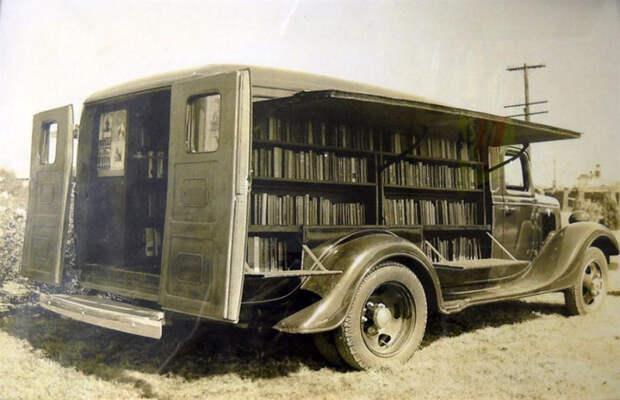 До интернета. 15 редких фотографий книжных магазинов и библиотек на колёсах