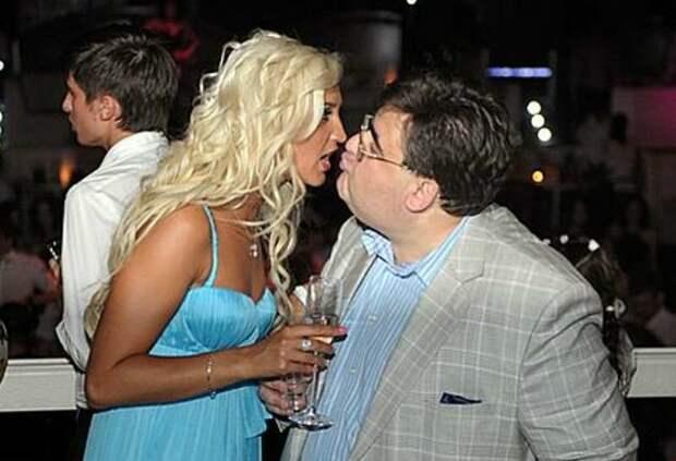 Бывший депутат Митрофанов помог Оле пробиться в шоу-бизнесе.