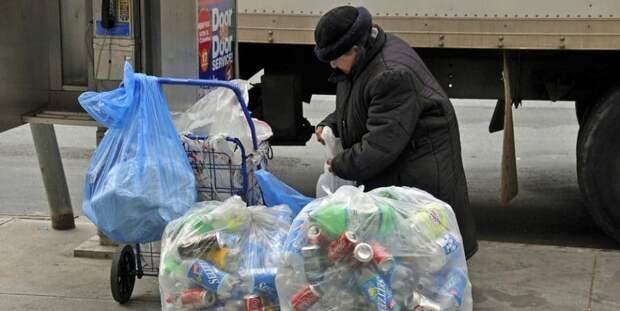 Пенсионерку оштрафовали на €2000 за сбор бутылок