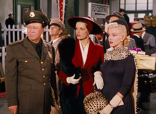 """кадр из фильма """"Джентльмены предпочитают блондинок"""". Черный цвет + леопардовый принт = беспроигрышное сочетание"""