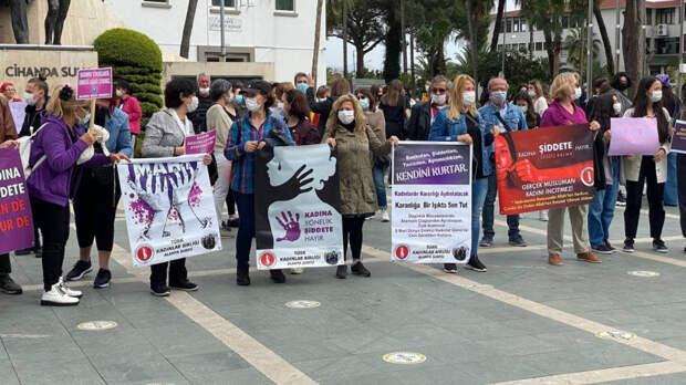 Турецкие женщины вышли на протест, обвинив Эрдогана в узурпации власти