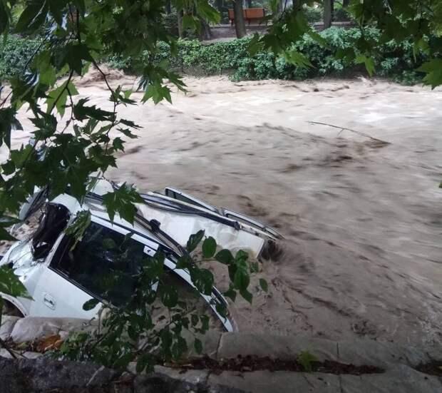 В Ялте поток воды смывает автомобили. ВИДЕО
