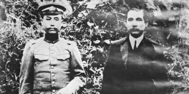 Янь Сишань (слева) 19 сентября 1912 года в Тайюане, Шаньси