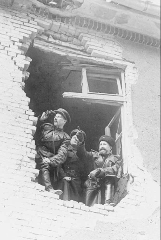 Офицеры изучающие возможные маршруты продвижения войск. На подступах к Берлину. 1-й Белорусский фронт. Город Кюстрин, 1945 год.