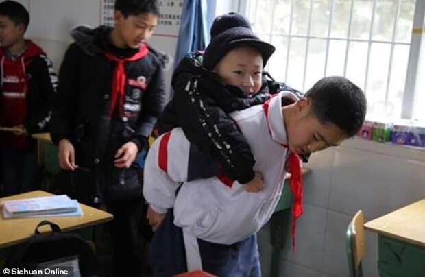 12-летний мальчик уже 6 лет подряд носит друга-инвалида на своей спине