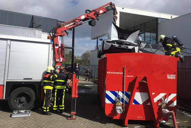 Пожарные утопили машину, чтобы та не загорелась
