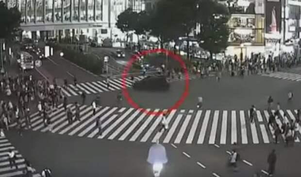 Затерялся в толпе: полиция отпустила автохулигана ради спасения пешеходов