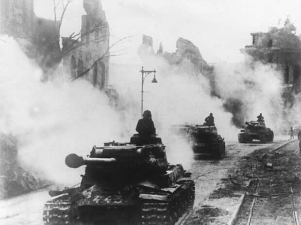 Колона советских танков на улицах Берлина. Апрель 1945 года.