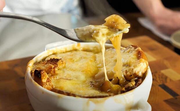 Кастрюля супа за 30 минут: из основных ингредиентов нужен только лук и немного сыра