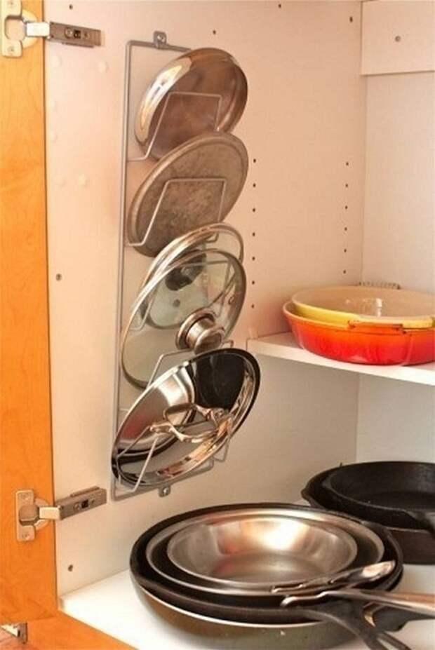 Удачная полка для хранения крышек от сковородок и кастрюль, то что подарит возможность экономить пространство.