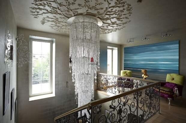 Освещение лестницы на второй этаж в частном доме: варианты оформления (77 фото)