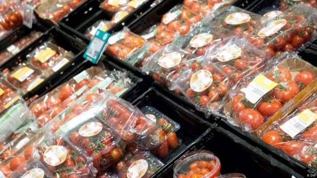 Пластиковая упаковка удобна для перевозки продуктов. /Фото: dw.com