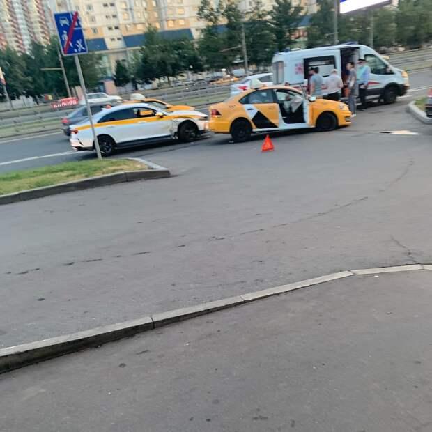 Два таксиста не поделили дорогу на проспекте Маршала Жукова
