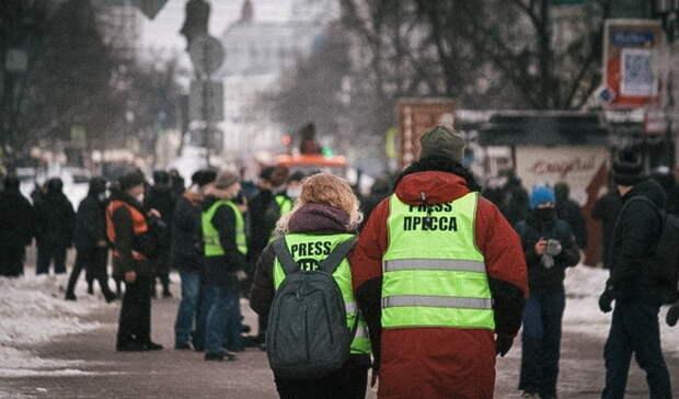 Работающих намитингах журналистов хотят заставить носить QR-код