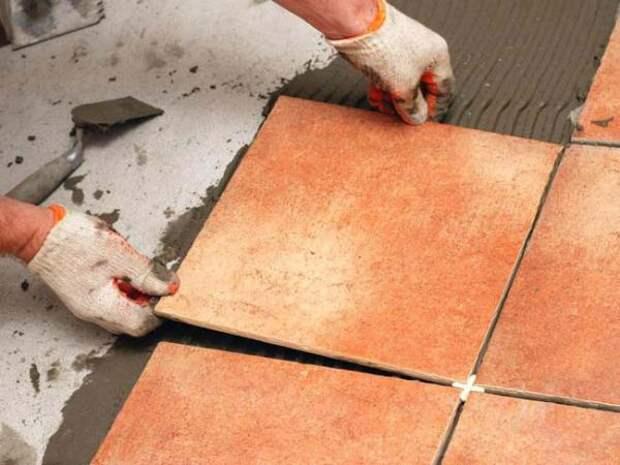 Зачем некоторые мастера смачивают плитку перед укладкой и обязательно ли это делать