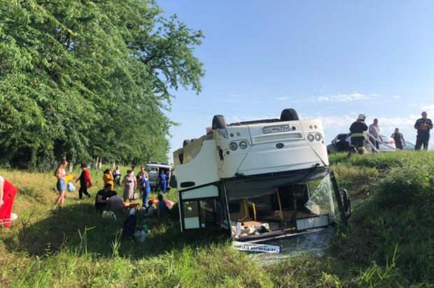 Водитель и 15 детей госпитализированы после ДТП с автобусами на Кубани