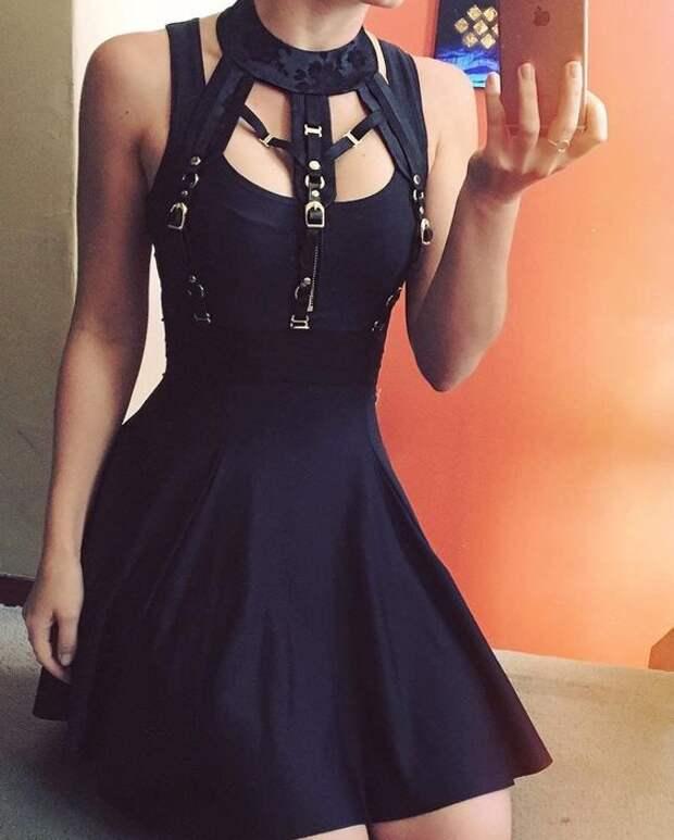 Платье с ремешками