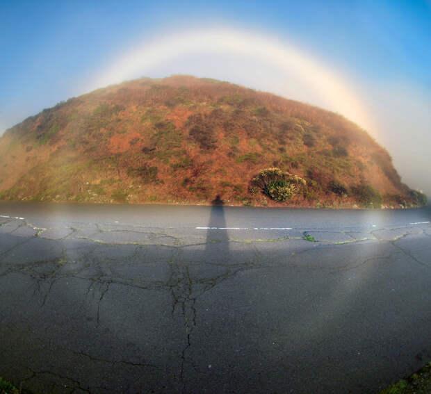 Туманная радуга. Явление возникает во время рассеивания света на каплях воды. Их размер существенно меньше, чем тех, что присутствуют в воздухе при образовании цветной радуги. (Brocken Inaglory)