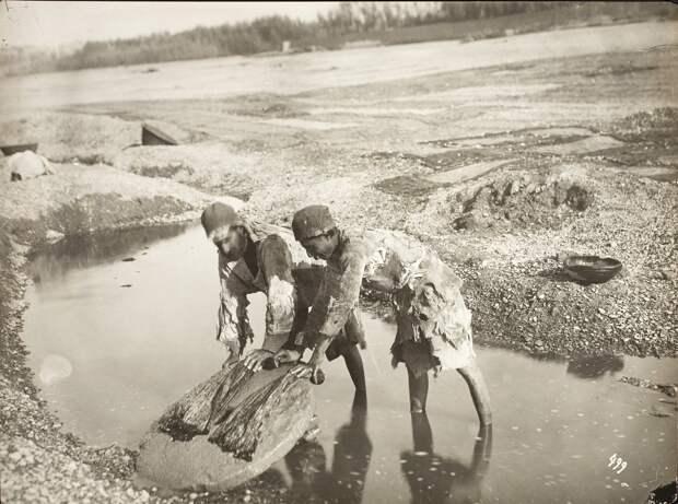 Двое мужчин стирают белье
