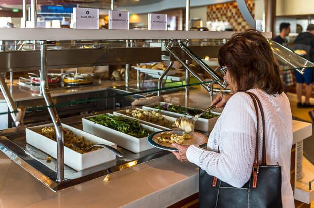 Шведский стол - это четыре гигантских стейшена, где есть всё: еда, лайнер, море