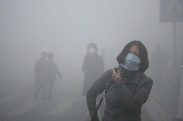 3. Девушка идёт сквозь смог в Пекине, где загрязнение мелкодисперсными частицами в 40 раз превышает безопасный уровень загрязнение, китай, экология