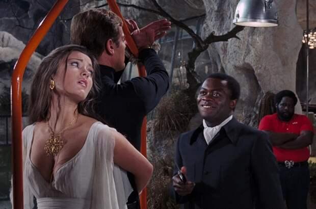 Голливудская актриса Джейн в роли Солитер в фильме «Живи и дай умереть», 1973 год.
