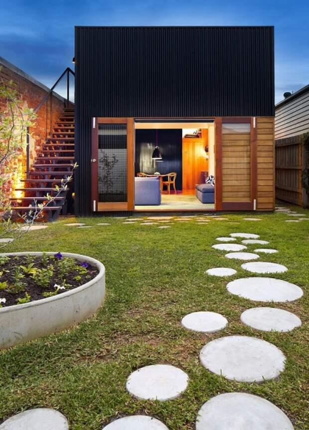 Вроде обыкновенные круги из бетона, ничего особенного, но сделав, их разной формы и положив, не слишком близко друг к другу, будет смотреть намного интереснее.