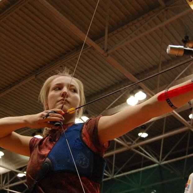 Лучница-чемпионка из Северного успевает и хорошо учиться, и помогать родителям