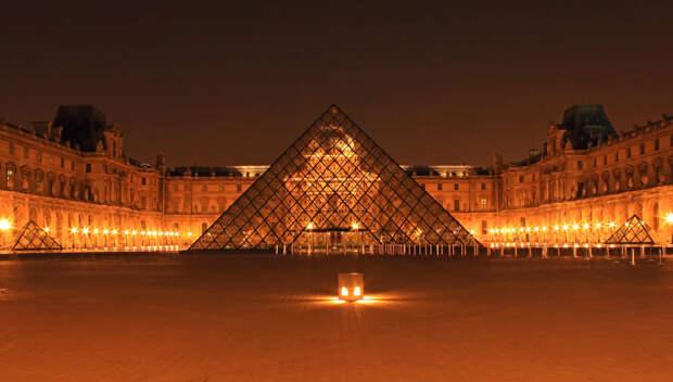 Париж,  пирамида Лувра