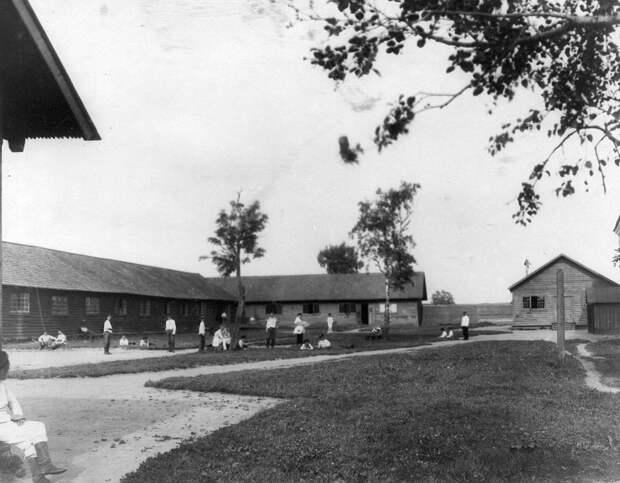 12. Отдых воспитанников на траве перед институтскими строениями