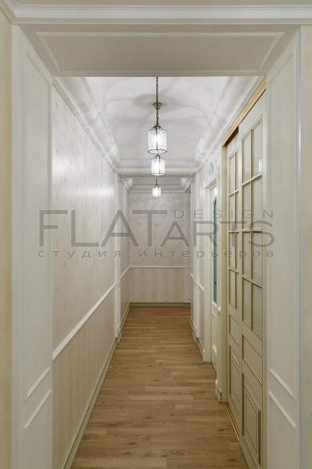 Белые двери в интерьере коридора