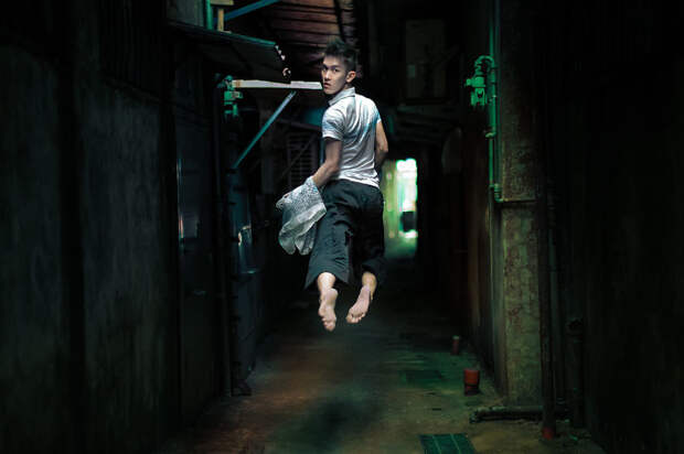 Молодой танцор делает очень креативные селфи