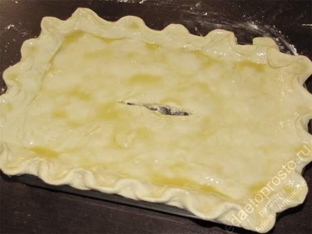 Смазать верх пирога желтком и запекать в духовке. пошаговое фото этапа приготовления рыбного пирога